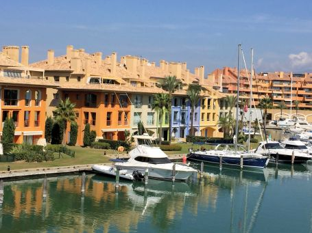 A marveolus bright apartment with views of the Marina