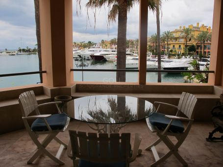 Spacious apartment with nice views of the Port