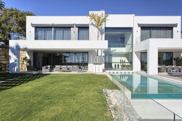Newly built villa with sea views in La Alquería, Benahavis