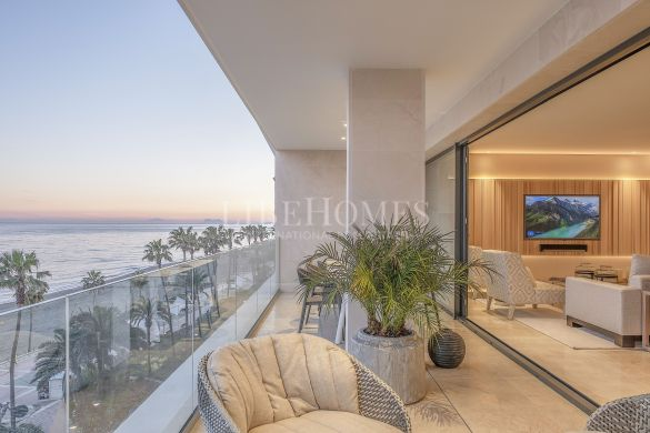 Spacious seafront apartment on promenade, Estepona center