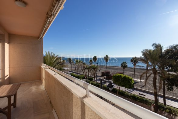 Seafront apartment with spectacular views, Estepona center