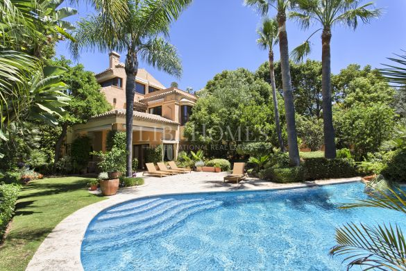 Villa with a gorgeous garden near Puente Romano, Marbella Golden Mile