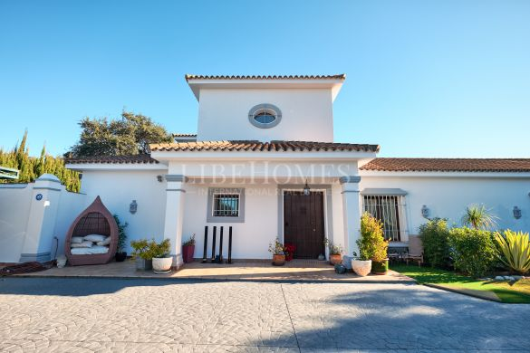 Traditional villa with a large garden in Sotogrande Costa