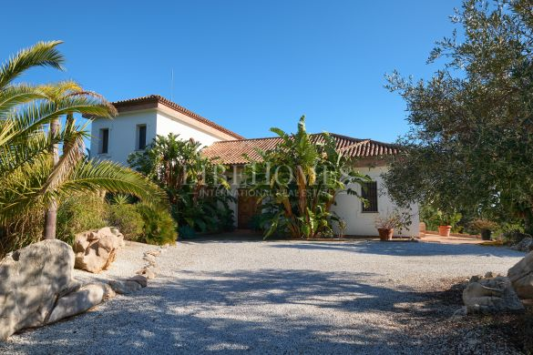 Beautiful finca of 50,000m2, superb views, 5 minutes to Estepona city