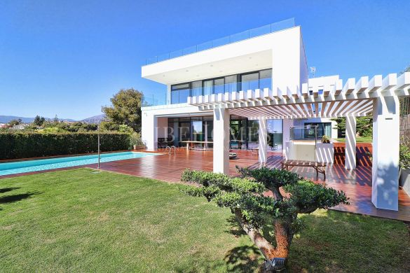 Modern villa within walking distance to Puerto Banús, Marbella
