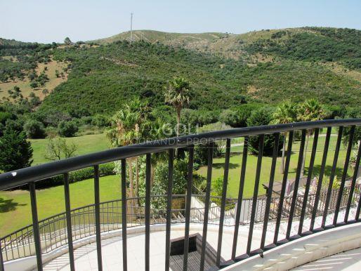 Apartamento de lujo con gran terraza y vistas.