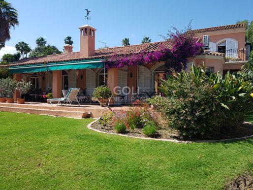 Encantadora villa con jardín y piscina privada.