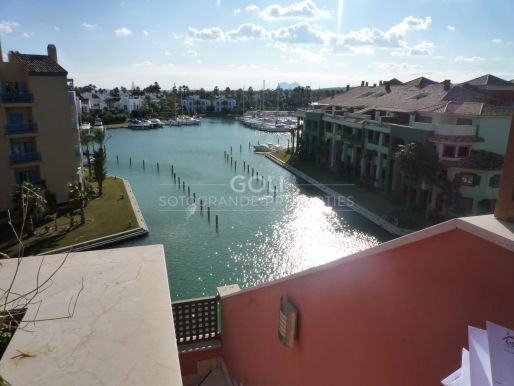 Penthouse with Jacuzzi, walking distance to the beach and the port