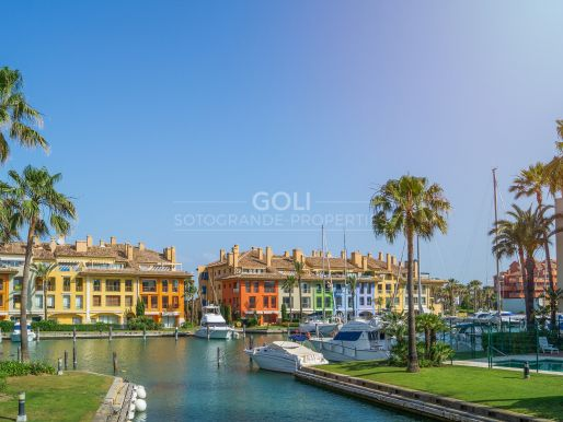 Apartment with terrace overlooking the Marina canals