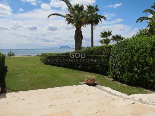 Apartamento de playa con jardin