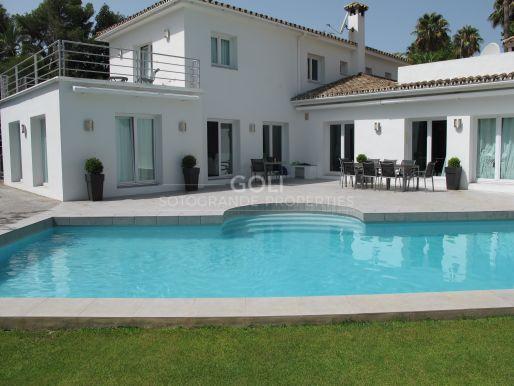 Modern villa on prestigious Kings & Queens