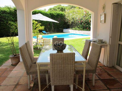 Villa de vacaciones con piscina y jardín.