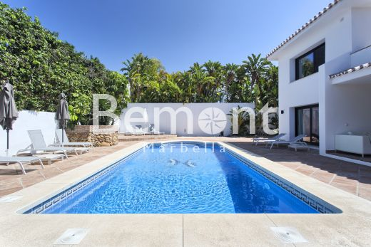 4 Bedroom luxury beachside villa for sale in Marbella East, Costa del Sol
