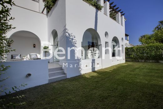 3 Bedroom seaside apartment for sale in Puerto Banus, Marbella West