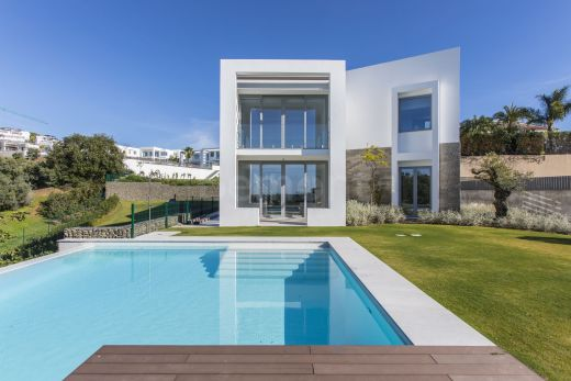 Contemporary front line golf villa for sale in Marbella East