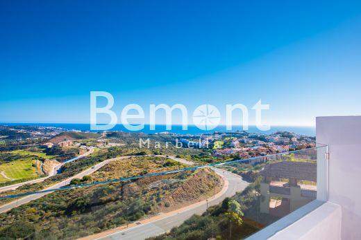 Contemporary apartments and duplex with sea views for sale in East Marbella