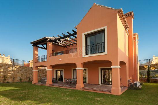 Complejo residencial compuesto de 45 villas independientes y en primera líneade golf, rodeado de lagos y dentro del complejo Doña Lucía Golf.
