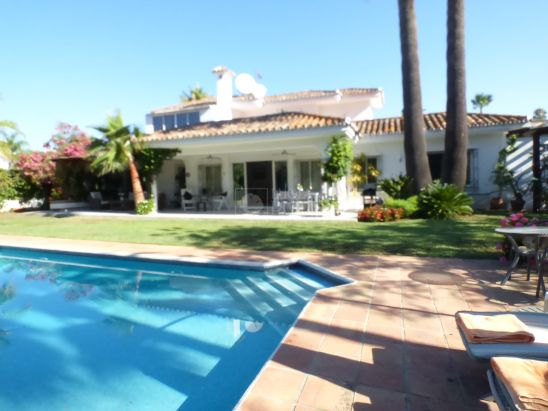 Villa en venta en Beach Side New Golden Mile, Estepona