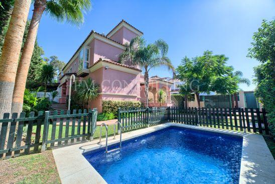 Villa Pareada en venta en Lorea Playa, Marbella - Puerto Banus