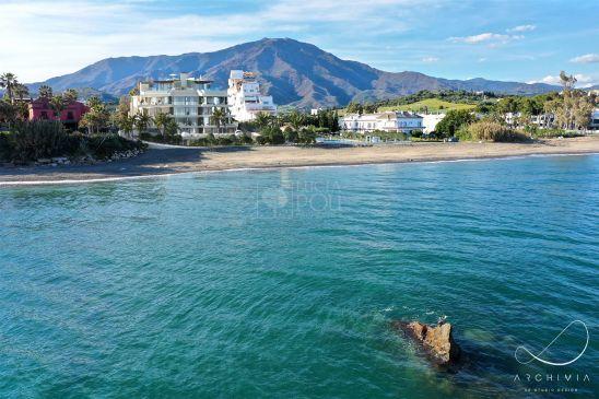 Una promoción de gran exclusividad en primera línea de playa, ubicado enEstepona, en la que se comercializan únicamente 14 viviendas de gran lujo yuna experiencia de vida diferenciada.