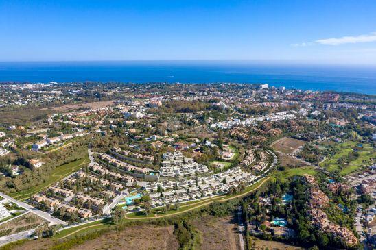 50 villas pareadas en primera línea de golf, junto al Atalaya Golf CountryClub.
