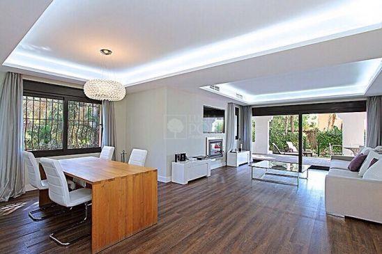 Apartamento en venta en Benamara, Estepona