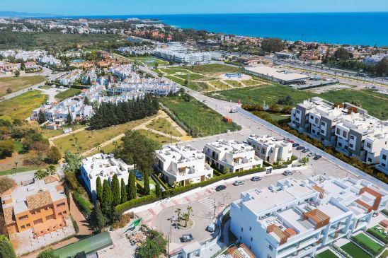 Modernos adosados de 3 y 4 dormitorios entre Marbella y Estepona, junto a la playa y todos los servicios