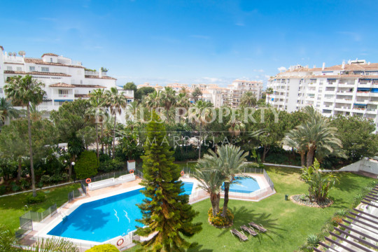 Marbella - Puerto Banus, 2 bedroom 3rd floor south facing apartment for sale in Las Gaviotas, Puerto Banús