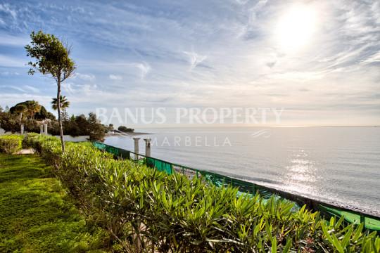 Marbella - Puerto Banus, 5.703m2 plot for a 2.700m2 villa with 60m2 beach frontage for sale in Benamara, Estepona