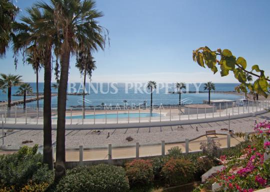 Marbella - Puerto Banus, 2 bedroom beachfront penthouse for sale in Casas Cadiz Playas del Duque