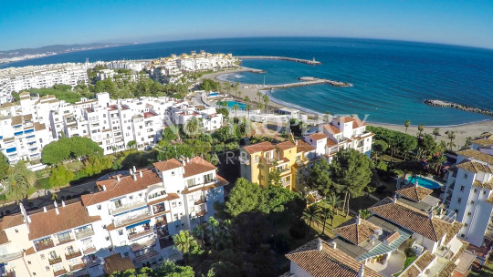 Marbella - Puerto Banus, 1 bedroom ground floor apartment for sale by the beach in Andalucia del Mar