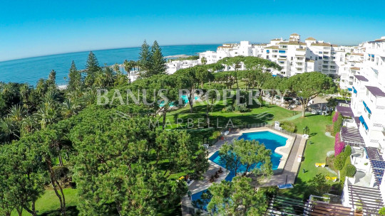 Marbella - Puerto Banus, Renovated contemporary 3 bed luxury beachside apartment for sale in Edificio Sevilla, Playas del Duque