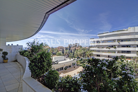 Marbella - Puerto Banus, Modern 2 bedroom 3rd floor apartment for sale in El Embrujo Banus