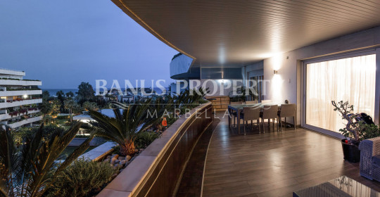 Marbella - Puerto Banus, 2 bedroom 4th floor modern luxury apartment for sale in Embrujo Banus
