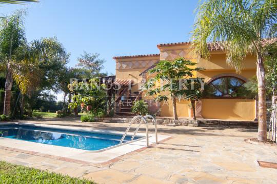 Estepona, Three-bedroom country house ideal for ecological farming for sale near Estepona beach.