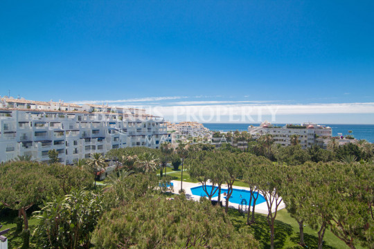 Marbella - Puerto Banus, Three bedroom third floor east facing apartment for sale in Edificio Málaga, Playas del Duque, Puerto Banús