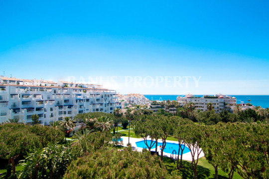 Marbella - Puerto Banus, Elevated two-bedroom ground floor apartment for sale in Edificio Malaga, Playas del Duque, Puerto Banús