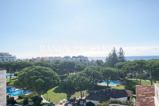 Marbella - Puerto Banus, Large three-bedroom fifth floor apartment with gorgeous sea views for sale in Casa Granada, Playas del Duque, Puerto Banús