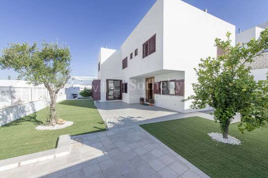 Detached villa with unique design, garden and pool in Los Cerros de Montequinto Residential Area, Seville