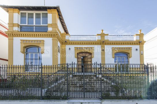 Manor house in the center of Sanlúcar de Barrameda located very close to the beach with garden and swimming pool and an independent apartment