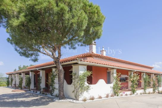 Exclusive country house with sea views, located in a privileged natural environment.