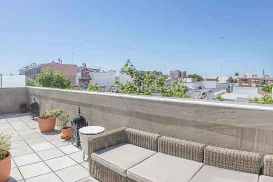 Elegant duplex penthouse in Triana (Sevilla) with large terrace, high ceilings, garage and storage room.
