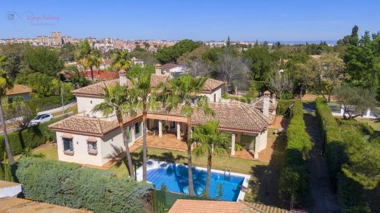 Unique detached villa in Andalusian style with swimming pool in Simón Verde