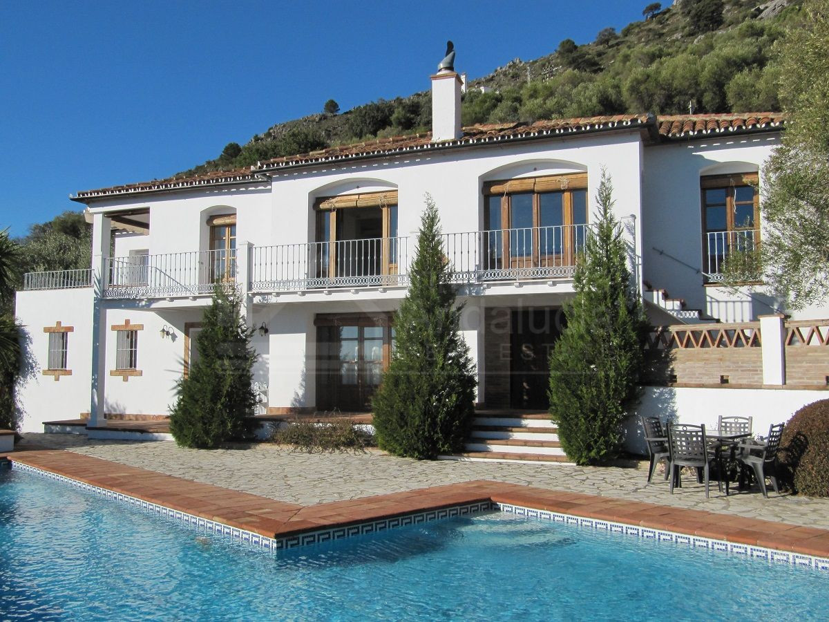 4 bedroom country house for sale with 14.000m2 of land and spectacular elevated views in Gaucin