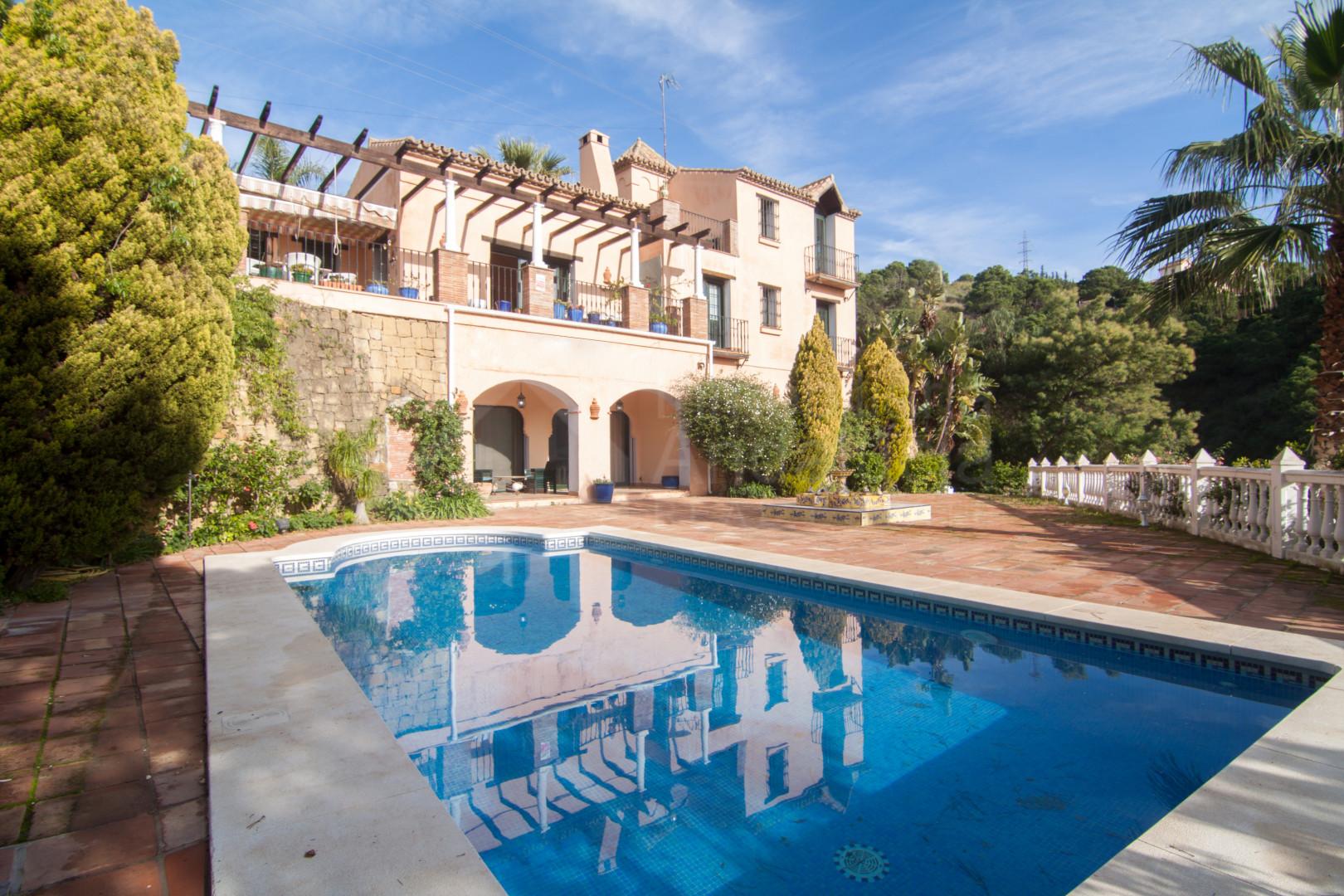 Villa de cuatro dormitorios en venta con vistas al mar en Los Reales, Estepona