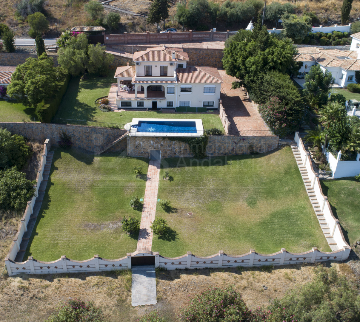 Large frontline golf villa for sale situated in El Paraiso, Estepona.