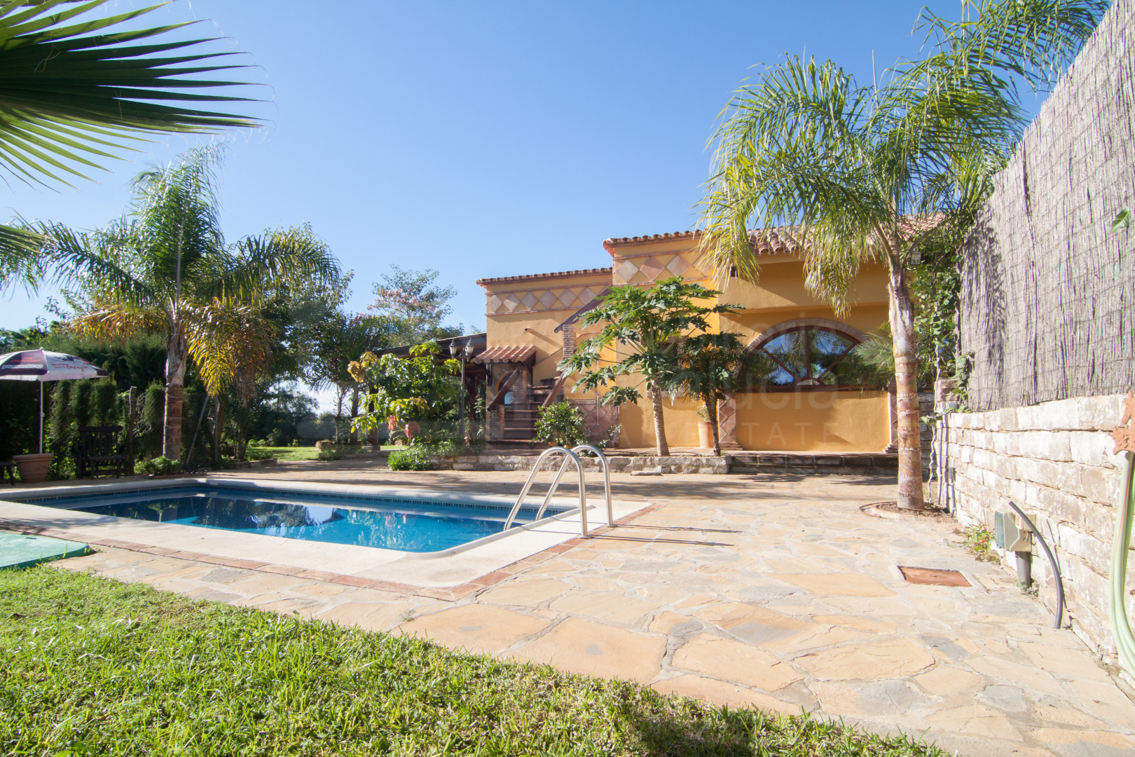 Three-bedroom country house ideal for ecological farming for sale near Estepona beach.