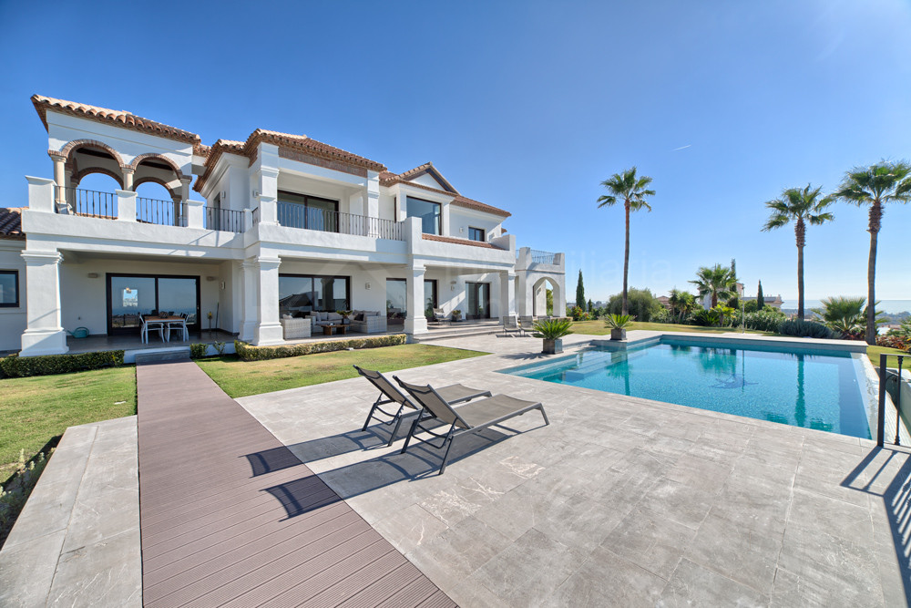 Appealing and luxury 5 bedroom villa with superb views for sale in Los Flamingos, Estepona