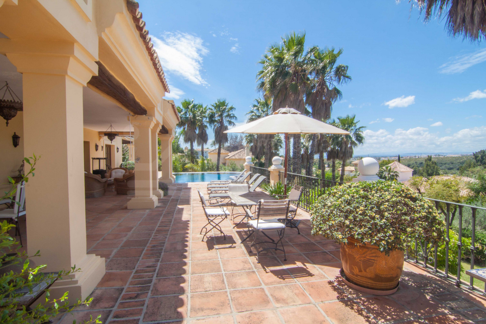 Superb 6-bedroom villa for sale overlooking El Paraíso Golf, Estepona