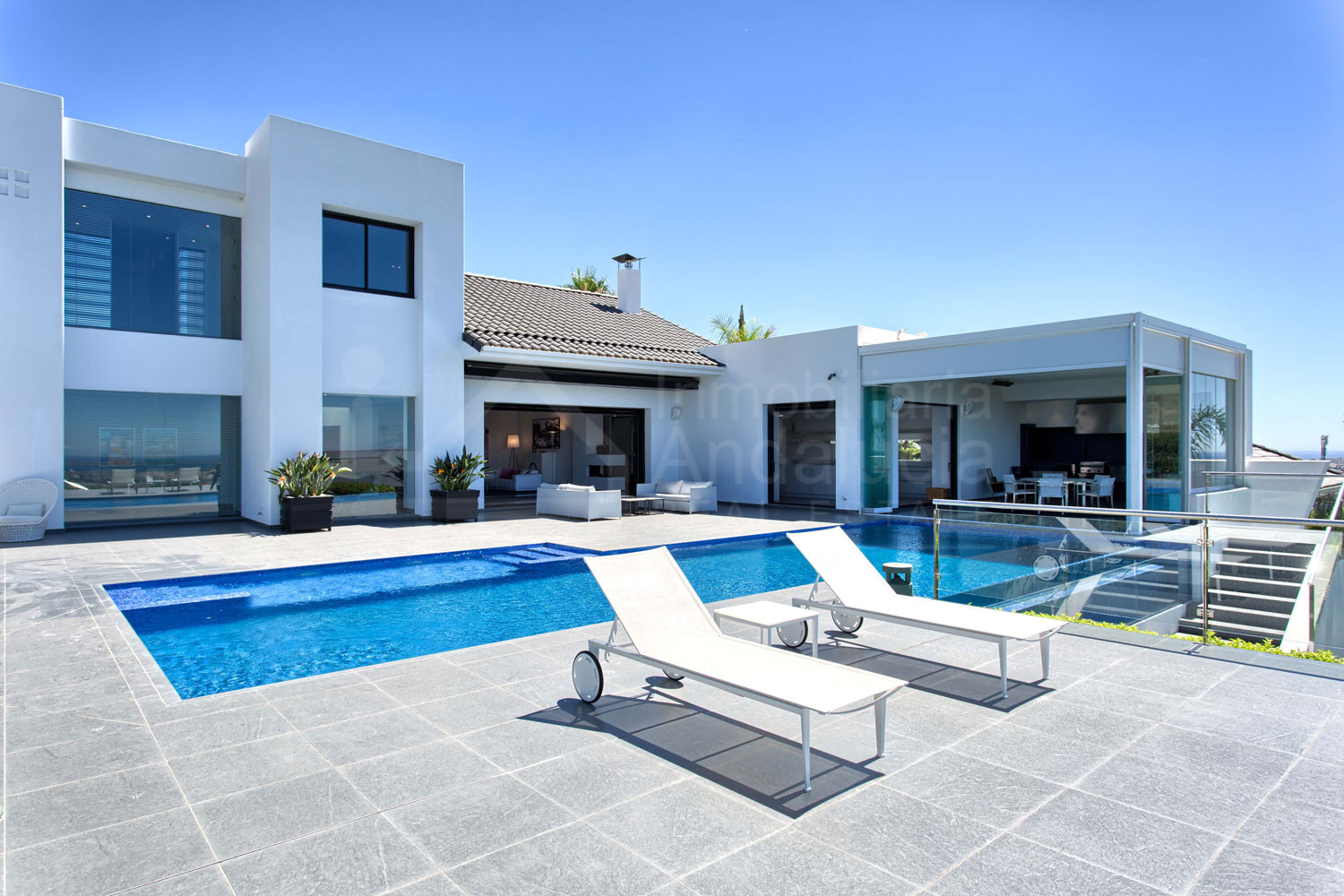 Top quality contemporary 5 bedroom south facing villa with stunning views for sale in Los Flamingos, Benahavís